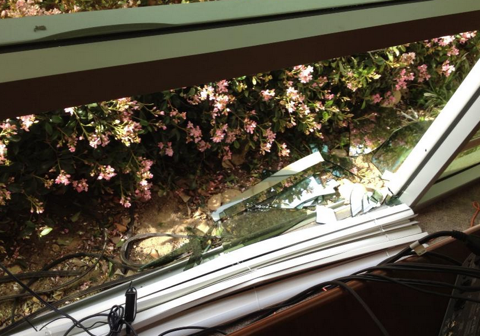 zerbrochenes Bürofenster