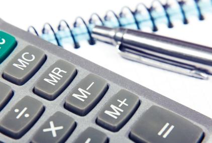 Stift mit Taschenrechner und Notizbuch